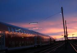 Die Beienheimer Bahnanlagen am Abend - mit Doppelstockzug aus Frankfurt